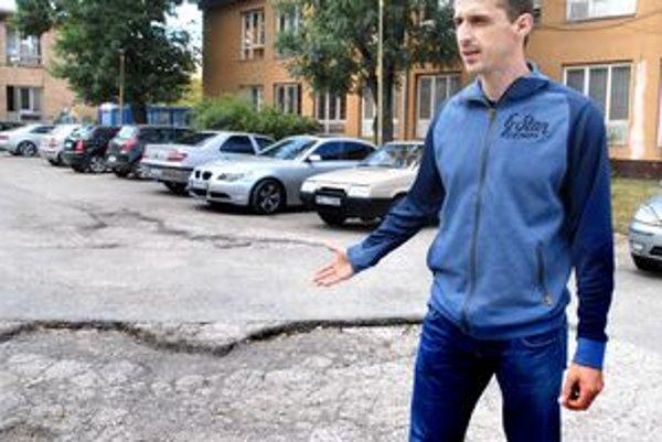 Hokejista a rodič Peter Bartoš. Nechápe, že už druhý rok nevedia zaplátať pár obrovských dier.