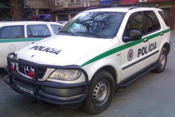Policajný Mercedes ML. Aj niektorí svedkovia vypovedali, že jazdil rýchlo blízko chodcov