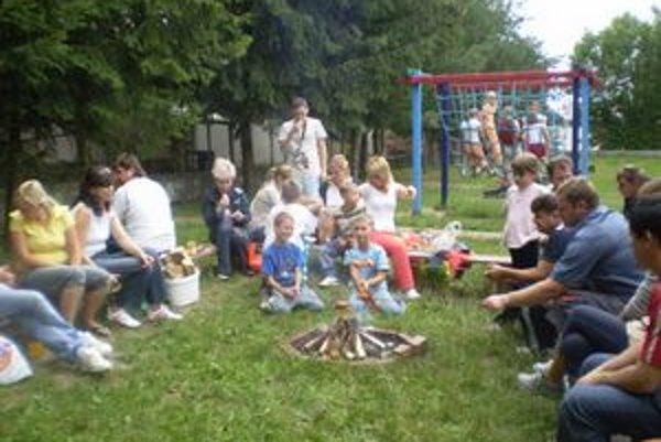 Letný tábor asertívneho správania, ktorý organizovala Základná škola na Škultétyho ulici v Topoľčanoch, sa končil spoločnou opekačkou detí a rodičov. V tú noc deti prespali v škole.