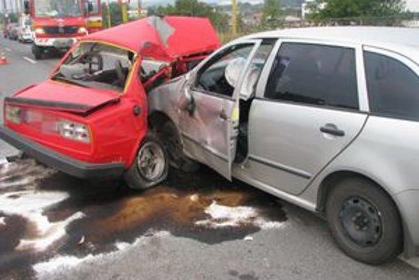 Zrážka. Keby mal vodič červenej Š 120 spolujazdca, ten by to možno neprežil.