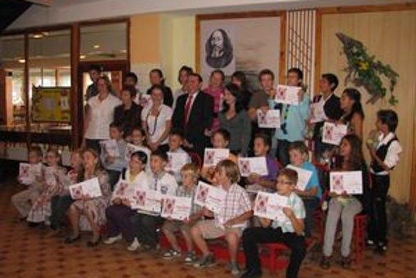 Víťazné deti s organizátormi festivalu.