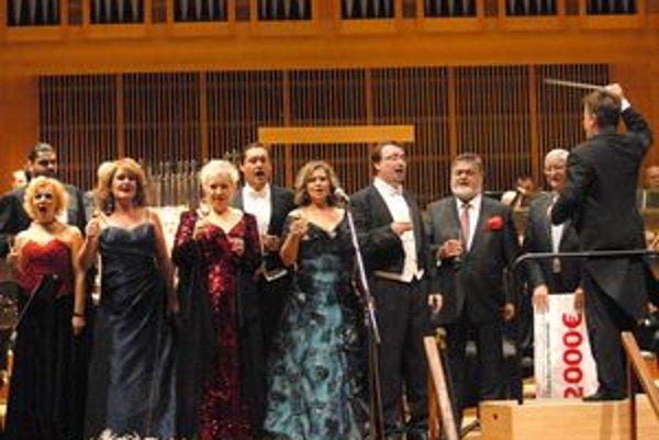 Veľkolepý záver. Bodku za koncertom dali účinkujúci Piesňou o rodnej zemi. Tú si s nimi zaspieval aj maestro Peter Dvorský.