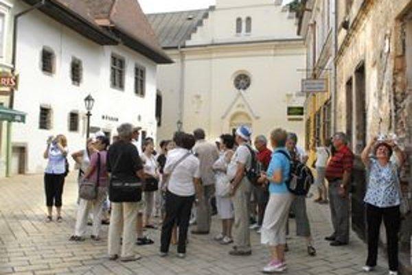 Pozoruhodnosti mesta. Turisti sú zvedaví a zaujíma ich história.