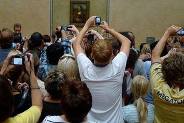 Pred obrazom Mony Lisy sú stále davy ľudí