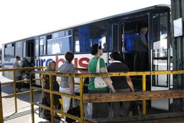 """Rozdielne cestovné. Ak chcú dôchodcovia ušetriť, mali by nastupovať len do """"prešovských"""" autobusov."""