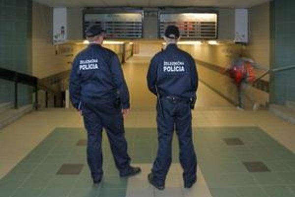 Železniční policajti. Udanie muža, ktorého predvádzali, sa nepotvrdilo.