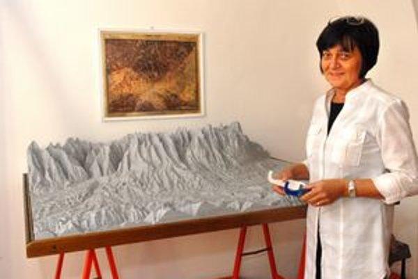 Unikát. D. Jaremová pri 3D mape a vrstevnicovom modeli V. Tatier.