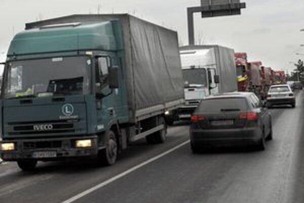 KSK nevyšiel návrh na zmenu legislatívy, kamióny dostanú na 11 úsekoch zákaz.