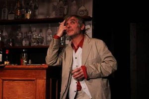 Jeffryemu je šoufl. Predstavenie o slávnom britskom žurnalistovi a alkoholikovi, ktorého stvárňuje Oldřich Kaiser, považujú mnohí za nezabudnuteľný zážitok.