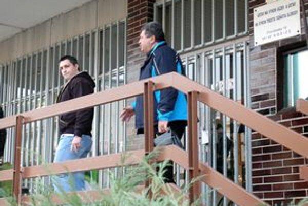 L. Ščurko opustil väznicu v sprievode svojho advokáta.
