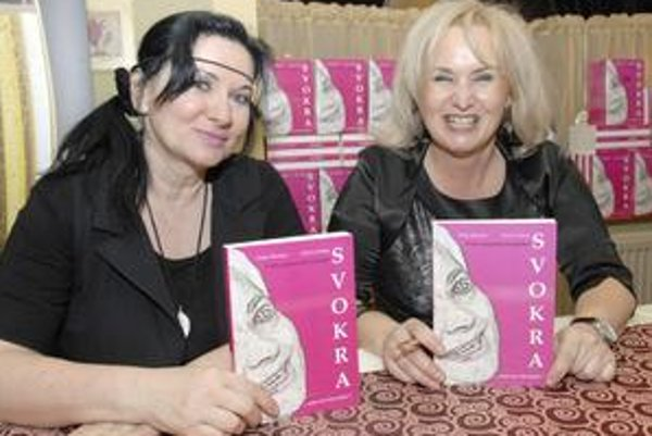 Dvojica autoriek. Henrieta Blumenfeldová (vľavo) a Katarína Halagovcová avizujú množstvo ďalších spoločných románov.