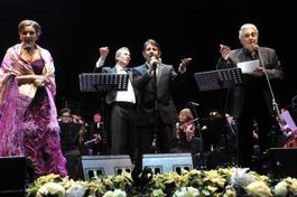 P. Domingo (vpravo) si v Incheba Expo Aréne zaspieval so sopranistkou Virginiou Tolaovou (vľavo) a synom Plácidom (druhý sprava) pod taktovkou dirigenta Eugena Kohna v slovenčine známu vianočnú pieseň Tichá noc.
