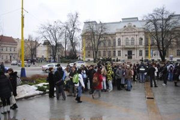 Prišli protestovať. Na parkovisko pred budovu Úradu KSK prišlo včera protestovať asi 100 študentov, ich rodičov a učiteľov Gymnázia na Exnárovej a Strednej priemyselnej školy hutníckej.