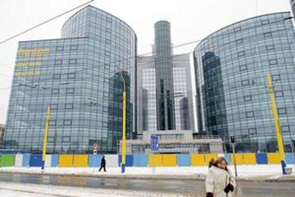Tri veže Business centra Košice. Súčasné vedenie daniarov odmieta zámer svojich predchodcov. Nechce sa tam sťahovať pre finančnú neúnosnosť.
