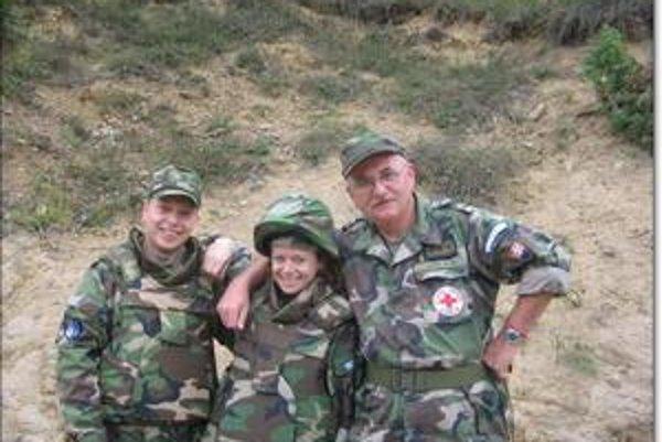 Martin Háber (vpravo). S kolegyňou a M. Farkašom. Ten ako jediný hroznú haváriu prežil.