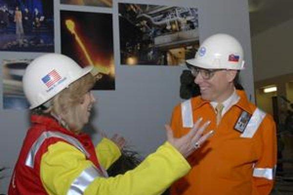 Našli spoločnú reč. Premiérka ukazuje šéfovi železiarní, s akou veľkou radosťou by ho privítala vo svojom tíme.