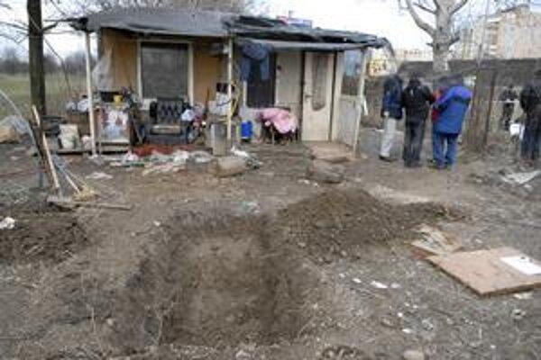 Hrob exmajiteľa chatky. Vrah, či vrahovia ho vykopali uprostred záhradky, rovno pred chatkou, v ktorej žili.