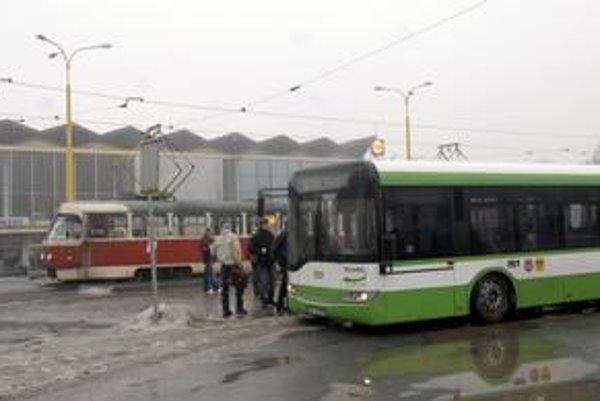Kto zatiahne vyššie náklady? Dopravný podnik vyrátal, že budú na mestskú hromadnú dopravu vyššie asi o 800-tisíc eur ako vlani. Mesto tvrdí, že si má dieru zaplátať sám.