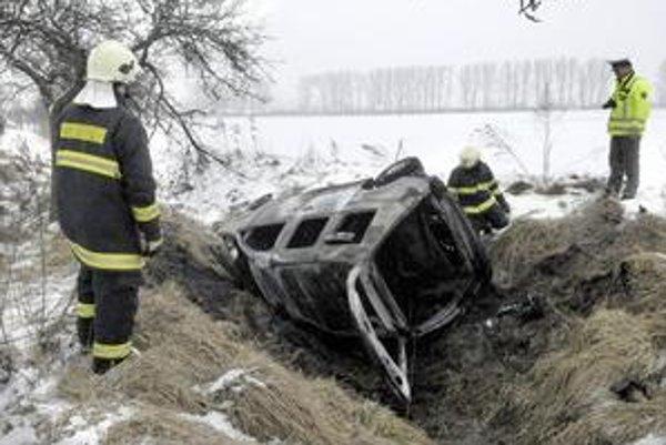 VW Caddy zhorel do tla, jeho posádka mala neuveriteľné šťastie.