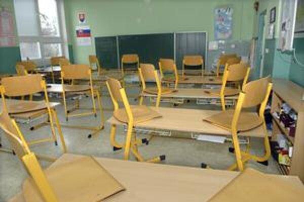 Prázdne triedy. Zdraví školáci sa iste tešia, že nemusia do lavíc.