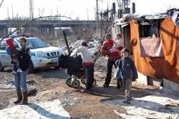 Policajný sprievod pri teplárni. Po tragických udalostiach z osád sociálka odobrala vyše 70 detí.
