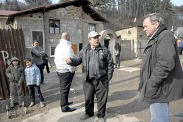 Starosta v rómskej osade. Ľudia z osady i Sabol (vpravo) teraz popierajú, že Rómovia jedia psy.