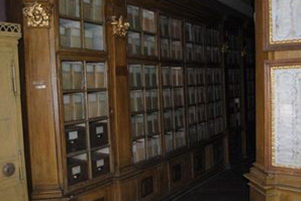 V týchto policiach sú uschované najstaršie dokumenty archívu.