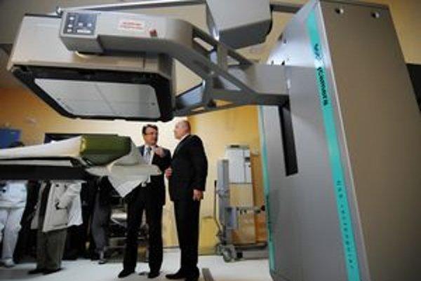 Minister zdravotníctva Ivan Uhliarik a vpravo Igor Marin, riaditeľ Inštitútu nukleárnej a molekulárnej medicíny v Košiciach pri gamakamere.