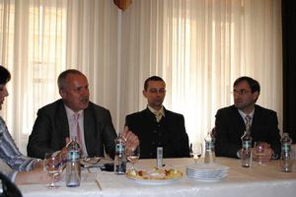 Manažér projektu J. Tešliar z KSK (prvý zľava) tvrdí, že prináša systémové riešenie, ktoré musia zrealizovať obce.