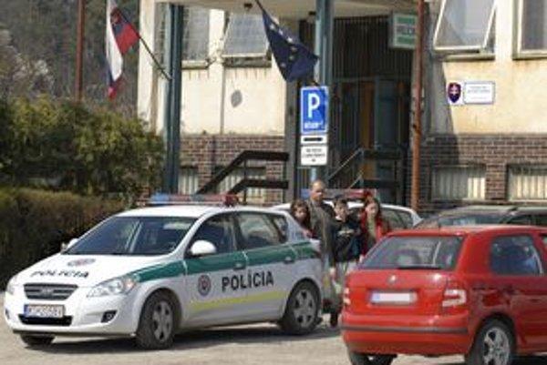 Cesta z polície. V sprievode rodičov nastúpili do auta.