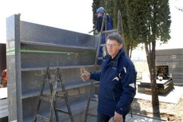 Nové kolumbárium na urny. Konateľ spoločnosti Rekviem, ktorá spravuje mestský cintorín, Karol Kačmary hovorí, že ceny zvýšili iba o percento.