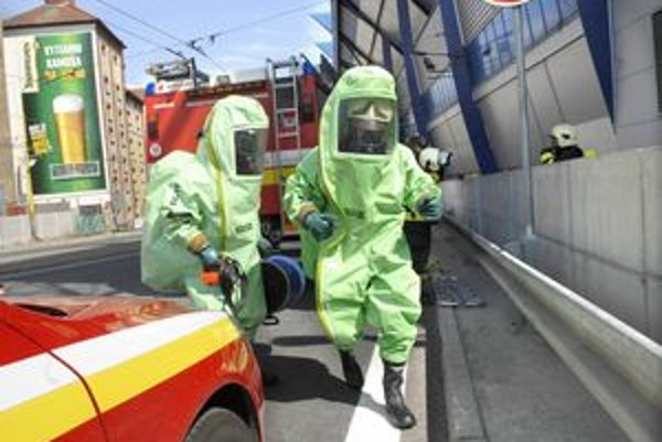 Ilustračné foto - hasiči v protichemických oblekoch.