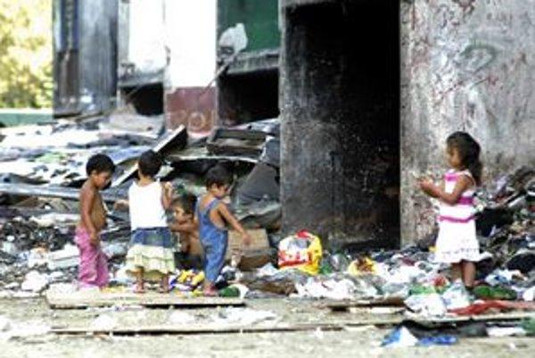 Takto žijú deti na Luniku IX. Mesačná krajina smetí, chudoby, negramotnosti a beznádeje. Začať by sa malo od najmenších.
