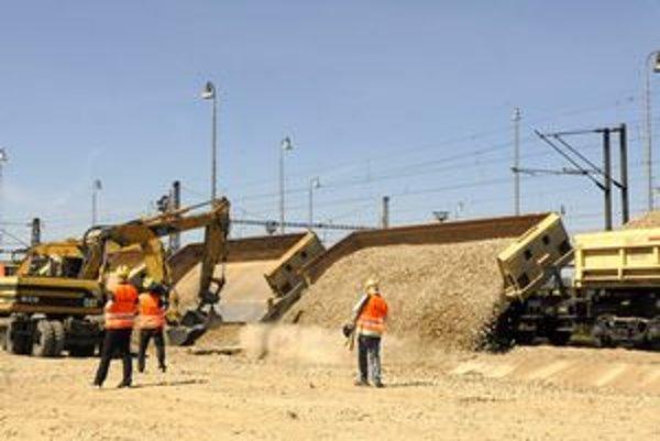 Ekologická doprava. Stavebný materiál na výstavbu rýchlostnej cesty prevážajú po železnici. Stavbári tým odľahčili miestne komunikácie a upokojili obyvateľov obcí.