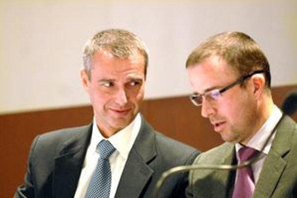 Primátor s námestníkom. Richard Raši a Ladislav Lazár (obaja Smer) tvrdia, že na učiteľské platy nedôjde. Školy podľa nich majú šetriť na svojich vlastných výdavkoch.