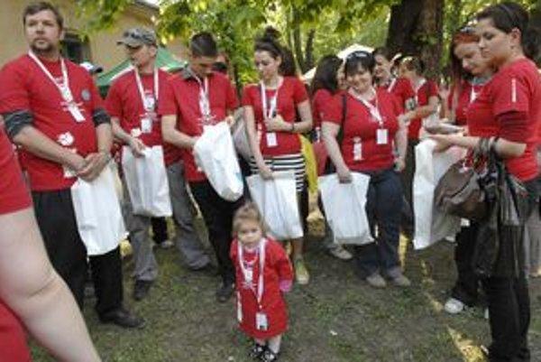 Najmladší dobrovoľník. Dvojročná Karolínka prišla podporiť mamku Janu (vpravo).