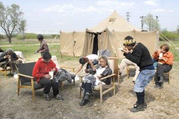 Teplé jedlo. Bezdomovci sú zaň vďační. Na obed mali zemiakovú polievku s chlebom. Ráno to bol čaj s vianočkou.