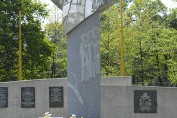 Žehnajúci pápež. Sochu z lešteného antikora v mestskej časti Barca slávnostne odhalili a požehnali 15. júla 2006. Ján Pavol II. má na odeve troch košických mučeníkov, ktorých v Barci svätorečil 2. júla 1995.