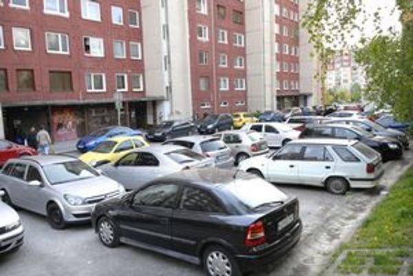 Auto na aute. Situácia s parkovaním je podľa väčšiny obyvateľov neúnosná. Miestna samospráva však už nové parkovacie miesta nemá kde stavať. Riešením sú parkovacie či garážové domy.