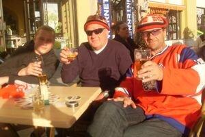Hokejoví fanúšikovia. Bielorus Denis (vľavo) počíta každé euro, Nóri Björn s Davidom si užívajú do sýtosti.