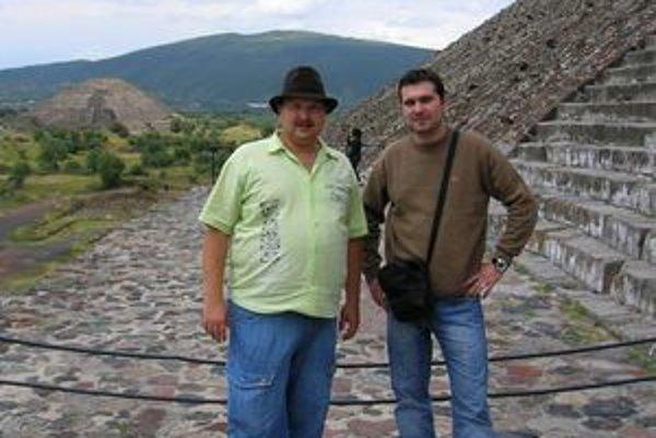 Košičan (vľavo) pod schodami zdolanej pyramídy