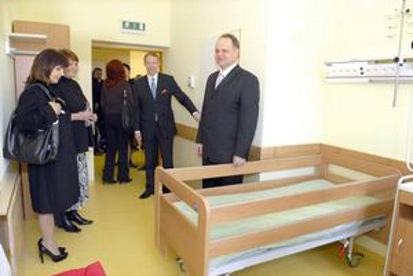 Nové izby. Spoločne si ich prezrel primár Koman (vpravo) s herečkou Zuzkou Tlučkovou (vľavo).