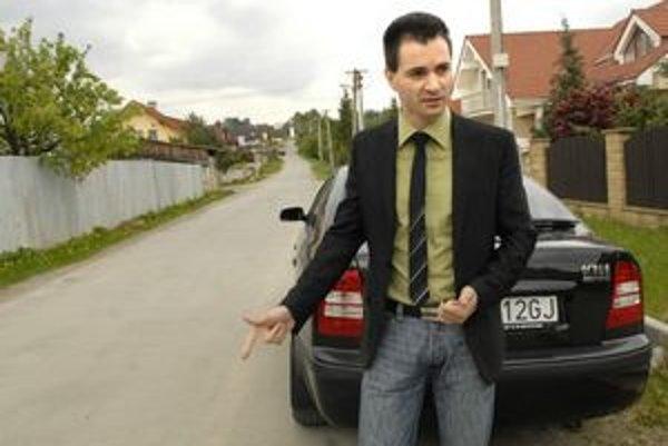 """Prišli a urobili. """"Za cestu Na Košarisku požaduje firma úhradu. Nikto ju však neobjednal,"""" hovorí starosta Pereša Jozef Karabin."""