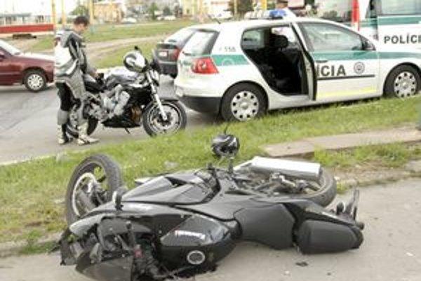 Mal šťastie. V tomto prípade to pre motorkára dopadlo relatívne dobre.