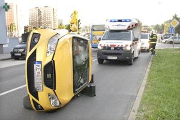 Nehoda na Letnej. Auto sa prevrátilo na ceste, kde sa jazdí pomaly.