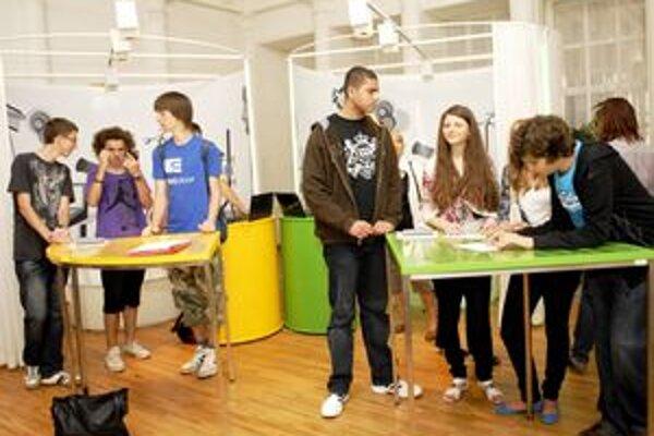 Zábava. Študenti sa hravou formou oboznamujú s vedou.