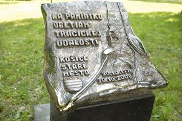 Pamätník autor zlepil americkým lepidlom.