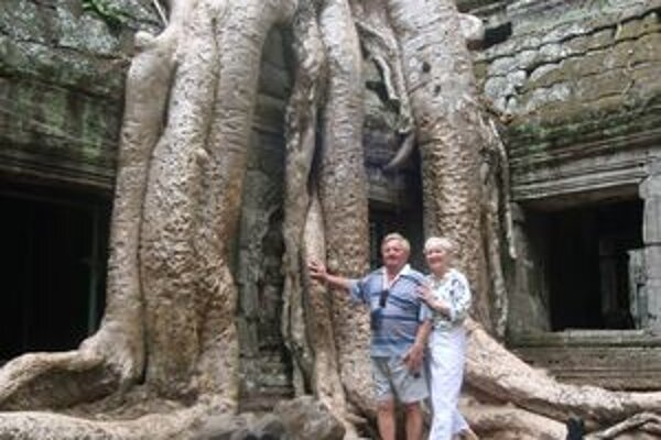 Manželia Ocelíkovi pri chráme Ta Prohm.