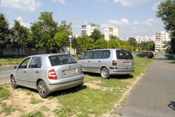 Šafárikova trieda. Parkovanie na zeleni je tu bežné.