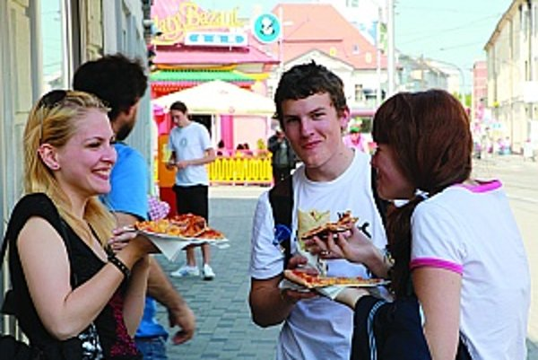 Jedenie na ulici je lacnejšou a rýchlejšou alternatívou stravovania i pre turistov - obľubujú ho najmú mladí, ktorí majú hlbšie do vrecka, a ušetrené eurá minú radšej na spláchnutie pizze, či hotdogu.